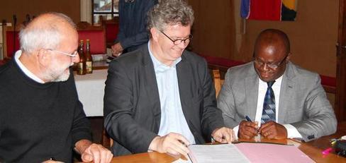 Signature de la convention entre les deux maires et le président du Comité de jumellage.Crédit: La Nouvelle République